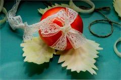 Composizione di verdure, natura morta dei pomodori rossi, foglie di cavolo verde fresco Fotografia Stock