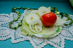Composizione di verdure, natura morta dei pomodori rossi, foglie di cavolo verde fresco Immagine Stock
