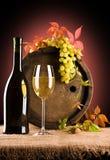 Composizione di vino ed uva e fogliame dell'uva Immagine Stock