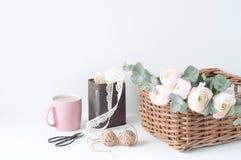 Composizione disegnata con i ranunculos rosa Fotografie Stock