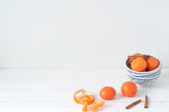 Composizione elegante minima con i mandarini e la cannella Immagini Stock Libere da Diritti