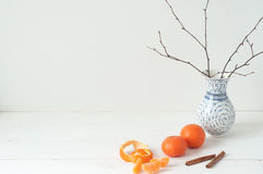 Composizione elegante minima con i mandarini ed il vaso Immagini Stock