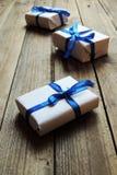composizione in feste di Natale di arte su fondo di legno bianco con la decorazione dell'albero di Natale e spazio della copia pe Immagini Stock Libere da Diritti