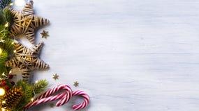 Composizione in feste di Natale su fondo di legno bianco con la c fotografie stock