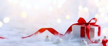 Composizione in feste di Natale su fondo leggero con la stazione termale della copia Immagini Stock Libere da Diritti