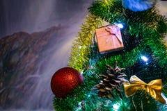 Composizione festiva in Natale, decorazioni sull'albero di Natale, contenitori di regalo, imballare e lamé e perle d'argento Gioc immagini stock libere da diritti