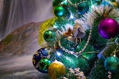 Composizione festiva in Natale, decorazioni sull'albero di Natale, contenitori di regalo, imballare e lamé e perle d'argento Gioc fotografie stock