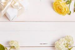 Composizione festiva nel fiore sui precedenti bianchi Vista ambientale immagini stock