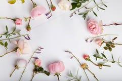 Composizione festiva nel fiore sui precedenti di legno bianchi Vista ambientale fotografia stock