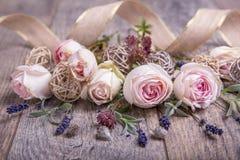 Composizione festiva nel fiore sui precedenti di legno bianchi Vista ambientale immagini stock libere da diritti