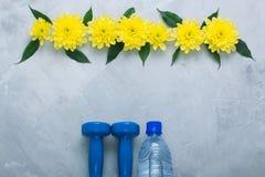 Composizione flatlay in estate con le attrezzature ed i fiori di sport immagini stock libere da diritti