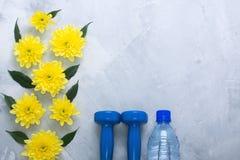 Composizione flatlay in estate con le attrezzature ed i fiori di sport immagine stock libera da diritti
