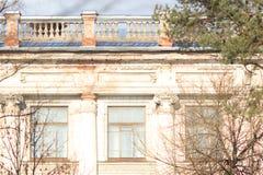 Composizione geometrica di vecchia costruzione classica con lo stucco e gli ornamenti storici Immagini Stock