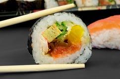 Composizione giapponese nei bastoni e nei sushi Fotografia Stock Libera da Diritti