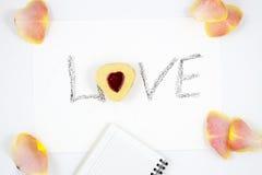 Composizione in giorno del ` s del biglietto di S. Valentino: biscotto-cuori, fiori, blocco note Fotografia Stock Libera da Diritti