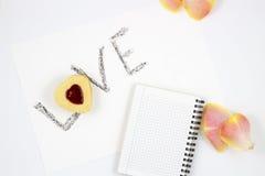 Composizione in giorno del ` s del biglietto di S. Valentino: biscotto-cuori, fiori, blocco note immagine stock