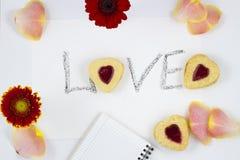 Composizione in giorno del ` s del biglietto di S. Valentino: biscotto-cuori, fiori, blocco note Immagine Stock Libera da Diritti