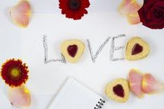 Composizione in giorno del ` s del biglietto di S. Valentino: biscotto-cuori, fiori, blocco note fotografie stock