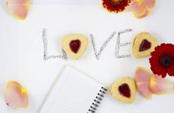 Composizione in giorno del ` s del biglietto di S. Valentino: biscotto-cuori, fiori, blocco note immagini stock libere da diritti
