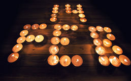 Composizione in giorno di biglietti di S. Valentino: 14 di febbraio scritto con le candele Fotografia Stock