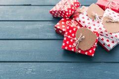 Composizione in giorno di biglietti di S. Valentino: contenitori di regalo con gli archi ed i cuori Immagine Stock