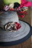 Composizione il cappello con le rose del tessuto Immagini Stock