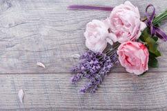 Composizione inglese nelle rose del fiore festivo con il nastro, lavanda su fondo di legno, stile rustico Vista superiore soprael fotografie stock libere da diritti