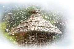 Composizione in inverno casa della foresta nella neve immagine stock libera da diritti