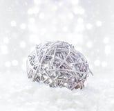 Composizione luminosa in Natale con le decorazioni e sulla C Defocused Fotografia Stock Libera da Diritti