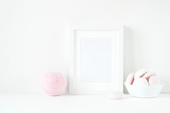 Composizione minima molle nella struttura con i ranunculos rosa Fotografia Stock Libera da Diritti