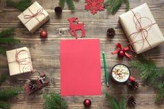 Composizione in Natale con giftbox Lettera in bianco rossa vuota per Santa o le vostre attività di arrivo o di wishlist Fotografia Stock