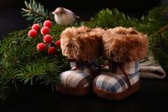 Composizione in Natale con gli stivali di inverno Fotografia Stock