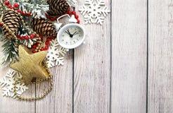 Composizione in Natale con i rami dell'abete, gli orologi e gli attributi di Natale immagini stock libere da diritti