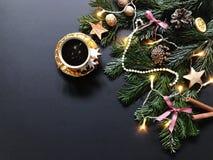 Composizione in Natale con i rami di albero dell'abete e decorazioni di Natale, una tazza di caffè con i biscotti della cannella fotografie stock libere da diritti