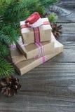 Composizione in Natale con il cappuccio dei contenitori di regalo e del ` s di Santa fotografia stock libera da diritti