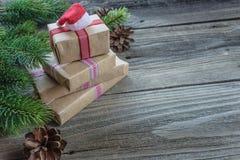 Composizione in Natale con il cappuccio dei contenitori di regalo e del ` s di Santa immagine stock