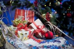 Composizione in Natale con il contenitore e le decorazioni di regalo Immagini Stock
