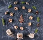 Composizione in Natale con il pan di zenzero dell'albero di abete di forma in Th Fotografie Stock Libere da Diritti