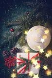 Composizione in Natale con la lanterna ed il regalo Cartolina d'auguri di natale Immagine Stock