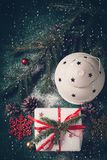 Composizione in Natale con la lanterna ed il regalo Cartolina d'auguri di natale Immagine Stock Libera da Diritti