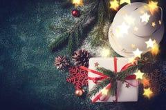 Composizione in Natale con la lanterna ed il regalo Cartolina d'auguri di natale Fotografia Stock