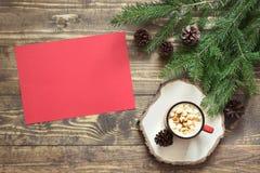 Composizione in Natale con la tazza rossa e lettera in bianco rossa vuota per Santa o le vostre attività di arrivo o di wishlist Immagini Stock