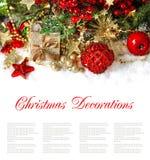 Composizione in Natale con le bagattelle rosse, decorazioni dorate, regalo Fotografia Stock
