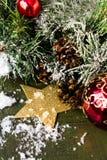 Composizione in Natale con le decorazioni sul backgro di legno scuro Fotografia Stock Libera da Diritti