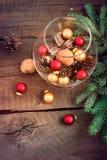 Composizione in Natale con le palle di Natale, dadi, coni di abete Immagini Stock Libere da Diritti