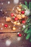 Composizione in Natale con le palle di Natale, i dadi, i coni di abete ed i rami Immagini Stock Libere da Diritti