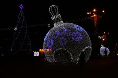 Composizione in Natale con le palle luminose di Natale sulle vie della città Immagine Stock Libera da Diritti