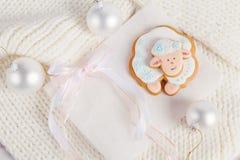 Composizione in Natale con le pecore bianche del pan di zenzero Anno di Immagine Stock Libera da Diritti