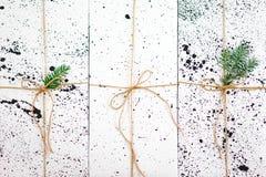 Composizione in natale Rami di albero del regalo e dell'abete di Natale Vista superiore, disposizione piana Fotografia Stock