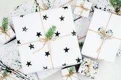 Composizione in natale Rami di albero del regalo e dell'abete di Natale Vista superiore, disposizione piana Immagine Stock Libera da Diritti